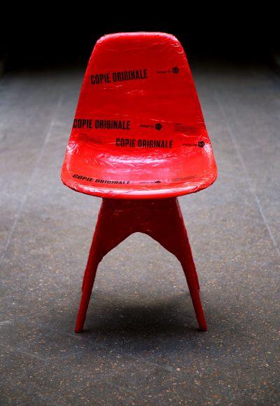 Contrefaçon de chaise DSW de Eames enrubannée par 5.5 pour l'exposition Copies Originales by 5.5