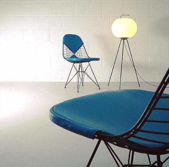 Eiffel Tower chairs design Eames © ZigZag Modern sélectionnées pour être présentées sur l'Exposition Eames des Puces du Design en avril 2019